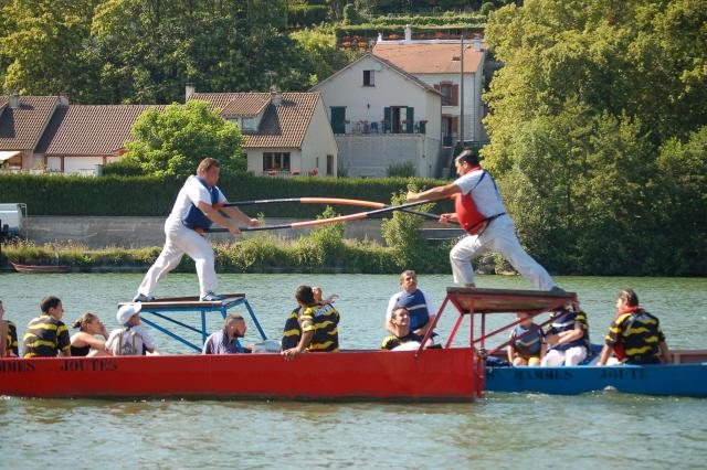 Les jouteurs sur les trinquets, photographie du site lajouteparisienneasaintmammes.wifeo.com
