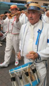 Musiciens du défilé de joutes languedociennes, photographie du site de l'office du tourisme de Sète
