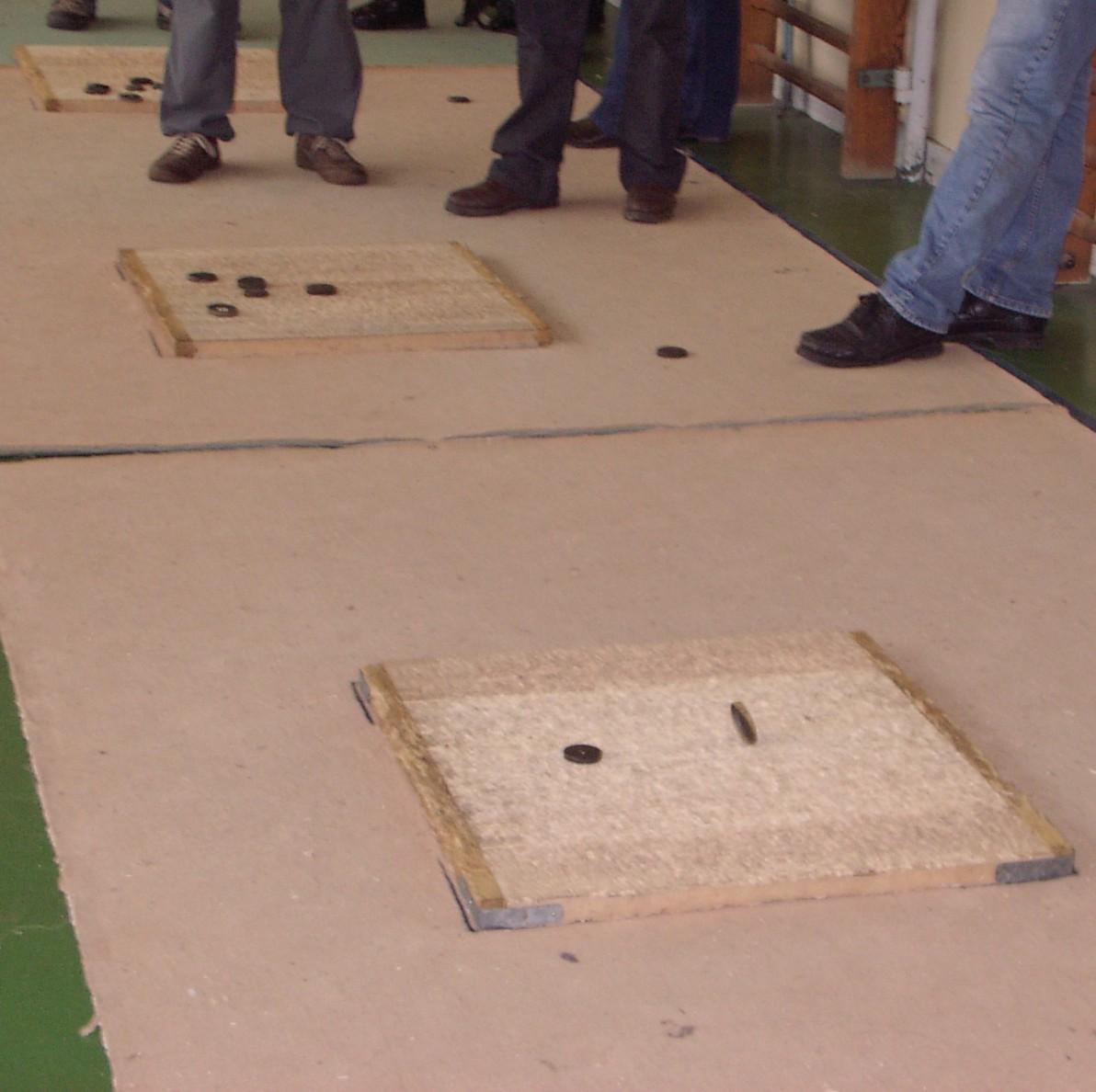 Jeu le palet sur planche en bois et plaque de plomb de - Planche de bois pour dressing ...