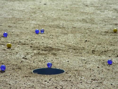 Billes face à un trou creuse, photographie de