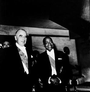 Le président ivoirien Félix Houphouët-Boigny avec le président français, Georges Pompidou.      Crédit : Paul Kodjo, Abidjan, Côte d'Ivoire, 1971.