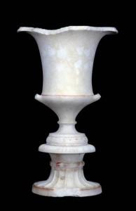 Cratere a calice su hypokrateridion da Ascoli Satriano – II metà del IV sec. a.C., marmo pario – Ascoli Satriano (FG) recupero Carabinieri T.P.C.