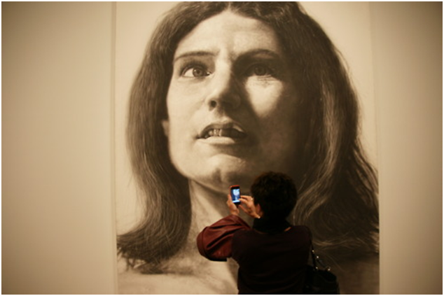 """It does not matter how big the paintings are, visitors discover them only using their smartphones, always!"", fotografia scattata dall'autore e disponibile in rete nel blog Photographs by Serge Noiret."