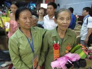 Cựu TNXP Lê Thị Hường (trái) và tiểu đội trưởng Trần Thị Thông. © Quang Long.