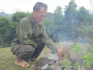 Ông Đinh Minh Đức - một cựu TNXP C758 thắp hương viếng đồng đội ở ngôi mộ đá mà các ông đắp nên.