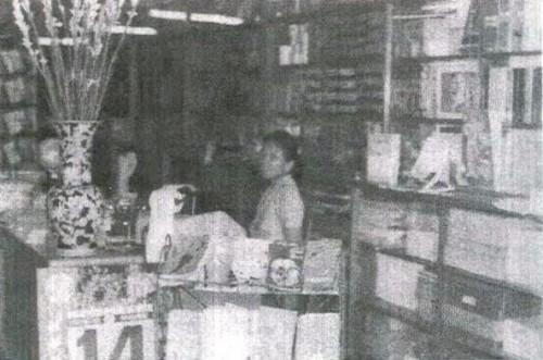 La mère de Tran dans la librairie familiale à Bien Hoa en 1974 © DR