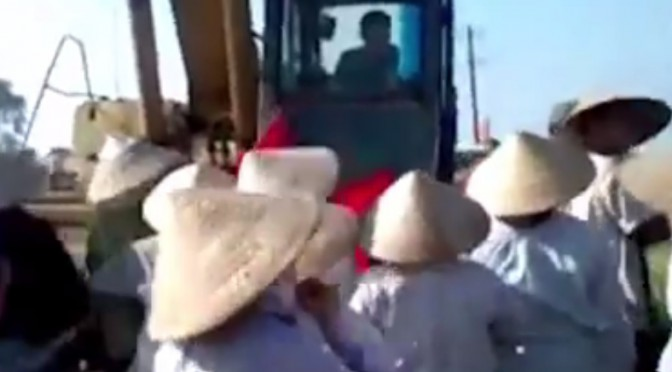 Chống cưỡng chế đất: 1 phụ nữ bị xe ủi cán qua người [RFA]