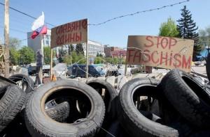 Una barricada del edificio del servicio de seguridad ocupado por los activistas pro-rusos en Lugansk, Ucrania. (EFE / EPA / ZURAB Kurtsikidze)