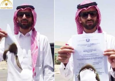 De jeunes diplômés saoudiens se montrent sur internet en train de brûler leur diplôme.