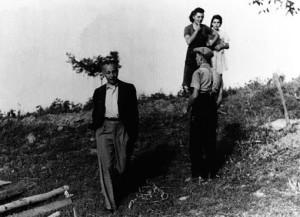 Louis Aragon à Saint-Martin d'Août, une petite commune à proximité de Saint-Donat (Drôme), août 1944 [?]. http://www.museedelaresistanceenligne.org/media.php?media=456