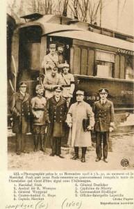 Les signataires de l'Armistice du 11 novembre 1918 devant le wagon