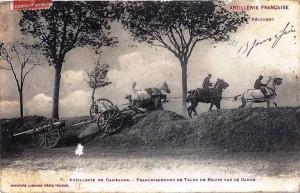 Chevaux tractant une pièce d'artillerie