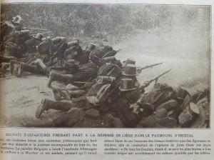Article extrait du n° 37 de Miroir, 9 août 1914. La position à découvert du photographe montre qu'il s'agit bien ici d'une photographie prise lors d'un entraînement ou d'une reconstitution et non lors de combats réels, ainsi que le prétend la légende.