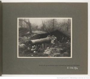 Section photographique des armées. La pièce de 240 qui détruisit la pièce allemande qui bombardait Dunkerque. sources : gallica.bnf.fr