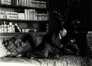 Nunes_Vais,_Mario_(1856-1932)_-_Gabriele_D'Annunzio_sdraiato_mentre_legge