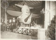 Bibendum et son avion, au salon de l'aéronautique de 1911.
