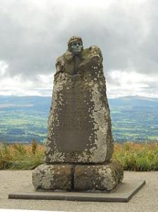 Monument commémorant l'exploit d'Eugène Renaux et d'Albert Senouque, inauguré en 1923 au sommet du Puy-de-Dôme.