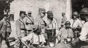 Philippe Pétain, général en chef des armées, discutant avec des soldats. Cette image illustre sa volonté d'apaiser le climat de tension existent entre le commandement et les soldats.