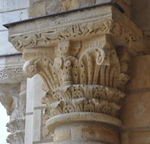 Chapiteau corinthien avec l'inscription « VNBERTVS ME FECIT », tour-porche de l'église abbatiale de Fleury (Saint-Benoît-sur-Loire). (cliché É. Mineo)