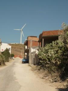 La route qui mène aux éoliennes dans le village de Sidi Ali Chebab n'a pas été entièrement refaite après qu'une tranchée destinée aux cables a été creusée.