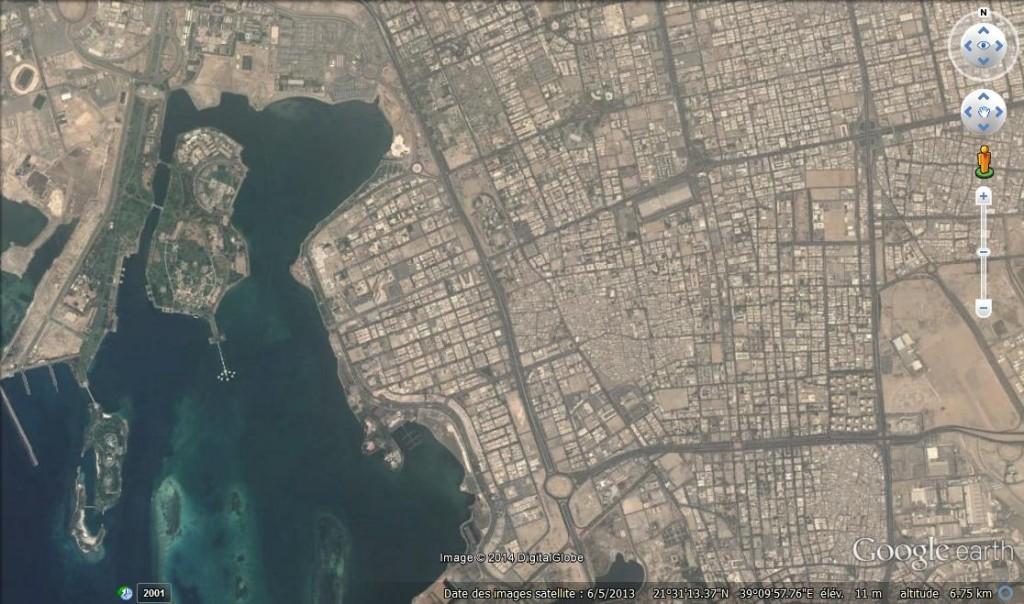 La baie de Jeddah dont les îles et le littoral ont été remblayés. Au centre de la baie, la construction munumentale est sans doute le palais où se déroule une partie du roman.