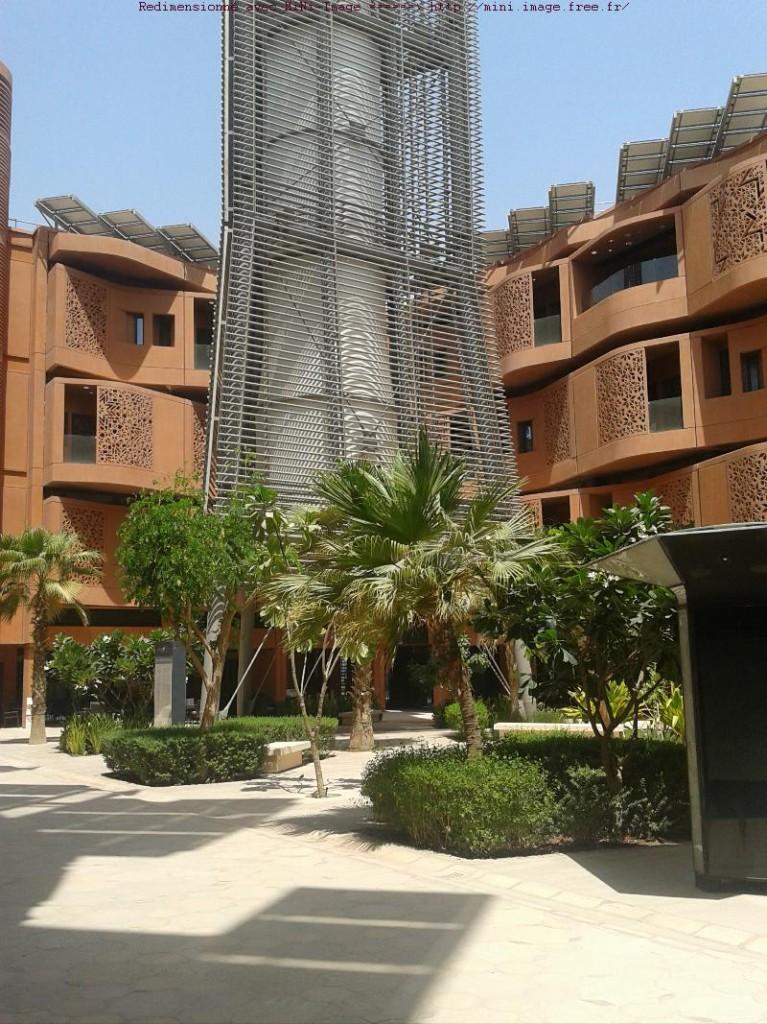 Masdar City, à 25 km du centre-ville, écoville modèle. Largement alimentée par les énergies renouvealbles (les panneaux photovoltaïques), attentive aux économies d'énergie (isolation) et cherchant à créer un climat urbain plus supportable (ombres, espaces verts, tour à vent pour rafraichir l'atmosphère, ailleurs aussi des jeux d'eau)