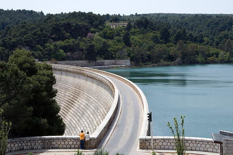 Lake Marathon Dam, Greece. Réf: Wikipedia.