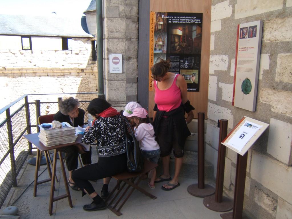 Photographie d'usagers en train de répondre au questionnaire après avoir expérimenté l'application de visite. Clichés de Jessica de Bideran, 2009.