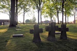 der-soldatenfriedhof-in-langemark-dort-ruhen-die-ueberreste-von-44-304-soldaten