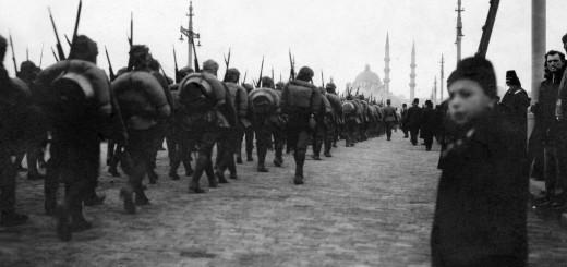 4483908_7_9ee8_soldats-d-infanterie-marchant-vers-le-pont-de_da1cf356d2a9d4386031b20b63eebd6f