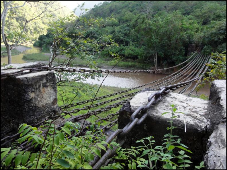 Pont de chaînes de fer enjambant la Xiaodihe, un affluent du fleuve rouge
