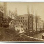 Brücknersche Fabrik an der Göltzsch mit der Fabrikschule (helles Häuschen davor), Foto dat. 18... (Mus. Burg Mylau).