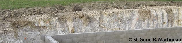 """Vue générale de la fouille de Loisy-en-Brie (Marne) - """"56 Grande Rue"""". Les minières, comblées par de la terre brune, offrent un contraste remarquable avec la craie blanche. (photo R. Martineau)"""