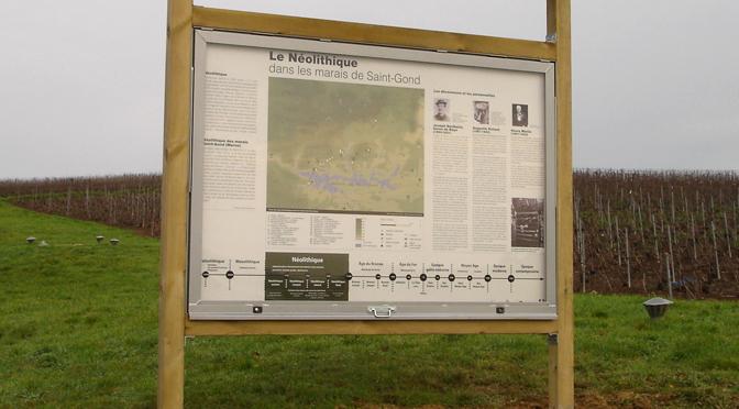 Installation d'un panneau d'information sur le site des hypogées des Ronces à Villevenard