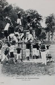 Concours de gymnastique. Une pyramide. Nancy place Carnot.