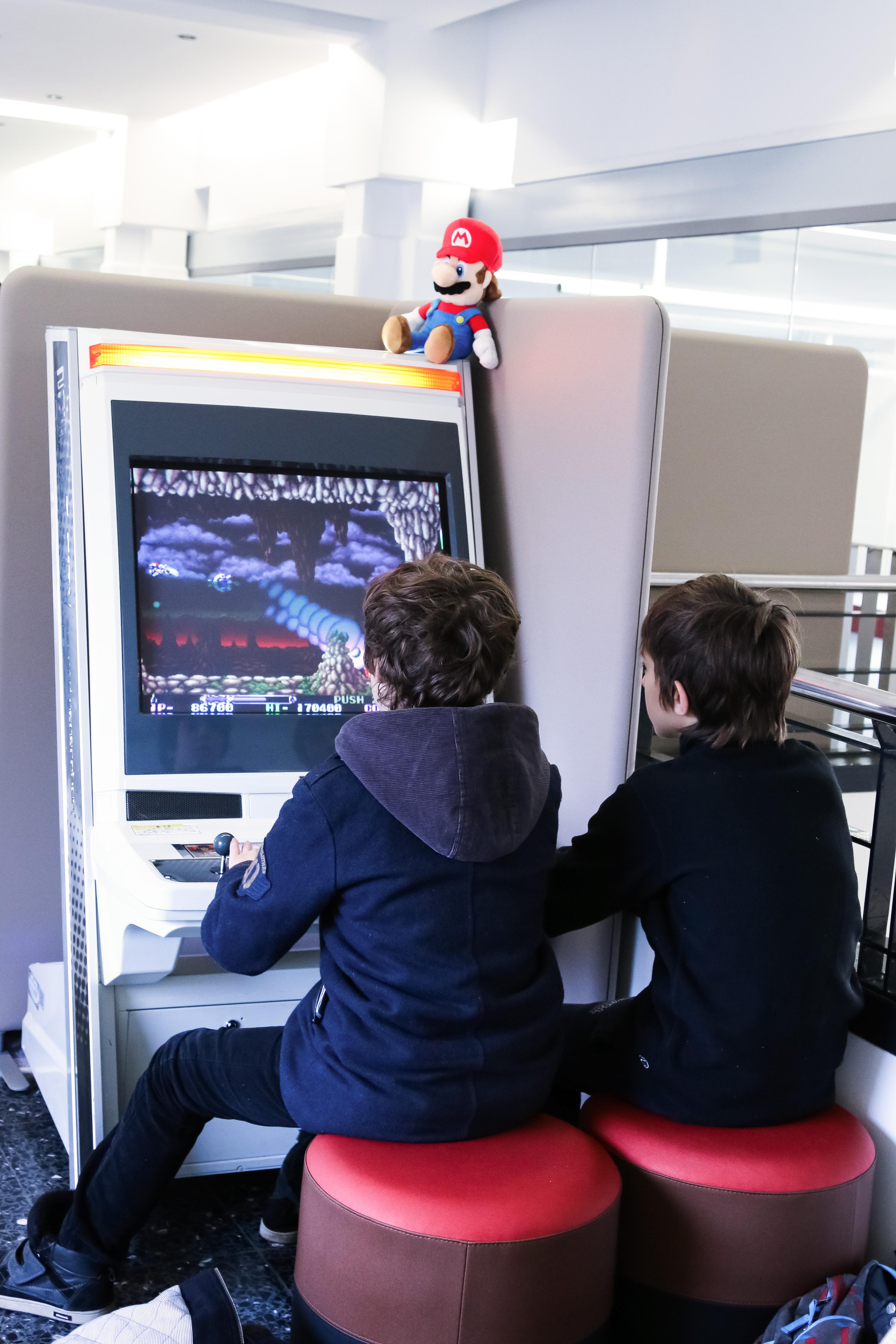 Médiathèque Manufacture : la borne d'arcade dans l'espace jeux vidéos