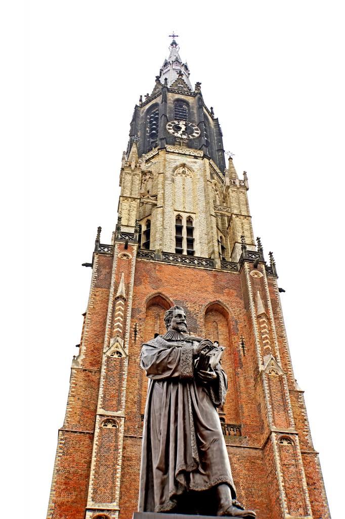 Statue d'Hugo Grotius et Nieuwe Kerk, Delft (Pays-Bas), photo de Dennis Jarvis sous licence CC BY 2.0 https://www.flickr.com/photos/archer10/
