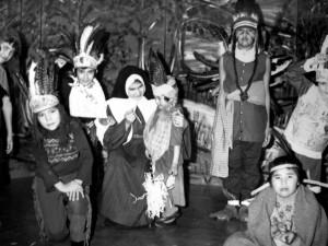 Mise en scène d'enfants amérindiens au pensionnat d'Amos, Québec. Non daté. Archives Déchâtelets.