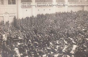 Assemblée du Soviet des soldats dans l'enceinte de la Douma (1917). Source : wikimedia commons.