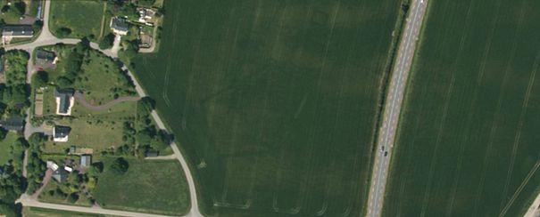 Exemple d'un vestige archéologique reconnaissable par photographie aérienne. Ici, enceinte pentagonale d'environ 50-70m en Bretagne. Sources : Géoportail, http://archeologie.canalblog.com/