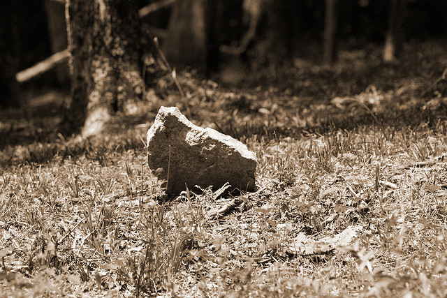Tombe d'un esclave, Diamond Hill Cemetery, Virginie du Sud (crédits : Elvert Barnes, 2006, via Flickr)