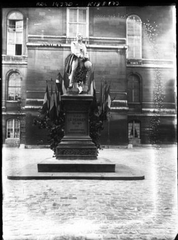 Fêtes du millénaire normand, statue de Le Verrier, cour de l'Observatoire de Paris, en 1911 (source : gallica.bnf.fr)