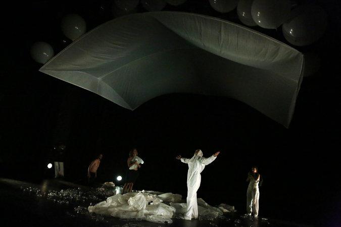 Gaïa Global Circus (source : nytimes.com/2014/09/26/theater/gaia-global-circus-at-the-kitchen.html)