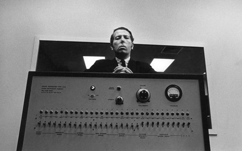 "Stanley Milgram et sa ""shockbox"" (crédits : The Chronicle of Higher Education, via https://aeon.co/essays/is-it-time-to-stop-doing-any-more-milgram-experiments)"