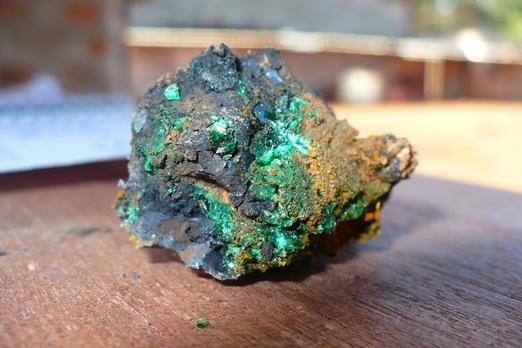 Avant de savourer le yellowcake, fragment brut de minerai d'uranium (source : gabonvertjaunebleu.blogspot.fr)