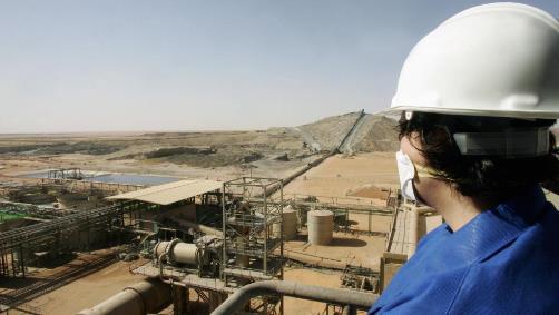 Paysage miné dans le désert. Le site d'Arlit, au Niger (crédits : AFP/Pierre Verdy, via http://www.rfi.fr/afrique/20140604-uranium-le-niger-rien-cacher-accord-areva)