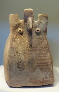 Ein Ossuar (Knochenkiste zur Zweitbestattung) mit menschlichen Gesichtszügen (ausgestellt im Israel-Museum, Jerusalem).
