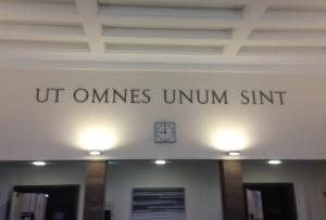 Der Wahlspruch der Johannes-Gutenberg-Universität im Foyer der Alten Mensa auf dem Mainzer Campus (Foto: M. Hölscher)