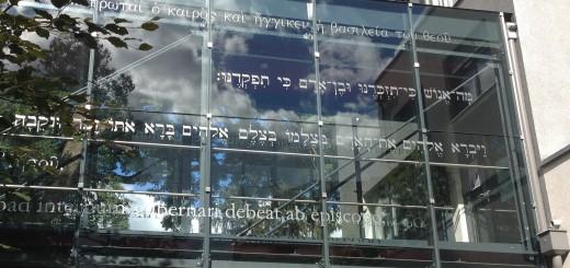 Texte der Theologiegeschichte auf dem Verbindungsgang zwischen den zwei Gebäudeteilen der Katholisch-Theologischen Fakultät Graz