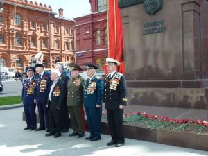 5 mai 2015 - Moscou Vétérans devant le monument à la mémoire du Maréchal Joukov.